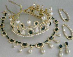 Josefina adoraba las joyas, y en especial los aderezos formados por tiara, pendientes, collar y brazaletes. En su joyero no faltaban los brillantes, esmeraldas, zafiros y las perlas, por las que sentía auténtica debilidad...
