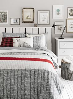 Exclusively from Simons Maison Trendy accent stripe and graphic ribbed knit similar to the renowned wool socks for an original decorative touch! White Duvet Covers, Manta Crochet, Home Decor Bedroom, Master Bedroom, Cottage Bedrooms, Master Suite, Online Home Decor Stores, Luxury Bedding, Bedding Sets