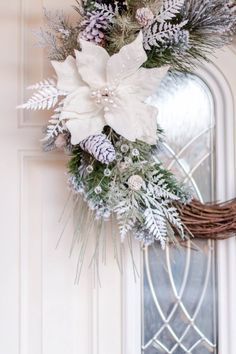 I decorate windows for Christmas with (or without) children - HomeCNB White Wreath, Diy Wreath, Door Wreaths, Wreath Ideas, Grapevine Wreath, Front Door Christmas Decorations, Holiday Wreaths, Christmas Home, Christmas Crafts