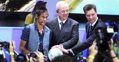 Neymar, Martin Winterkorn CEO da Volkswagen e Thomas Schmall, presidente da montadora no Brasil, durante exposição no Salão do Auto com uma bola produzida pela Saturno Brinde