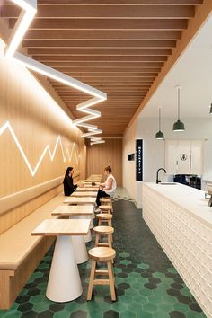 10 lighting ideas to have the perfect illumination in your restaurant Cafe Shop Design, Coffee Shop Interior Design, Restaurant Interior Design, Commercial Interior Design, Interior Modern, Bistro Interior, Japanese Restaurant Interior, Interior Designing, Commercial Interiors