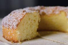 Oggi vi propongo un dolce semplice e gustoso: la torta al cocco senza latte e burro, sofficissima!