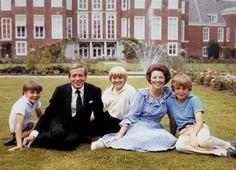 Koningin Beatrix en prins Claus poseren met hun zonen, Willem-Alexander, Johan Friso en Constantijn.