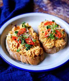 S česnekovou a sýrovou patří právě rybičková pomazánka k těm nejoblíbenějším. Baked Potato, Potatoes, Snacks, Baking, Ethnic Recipes, Food, Appetizers, Potato, Bakken
