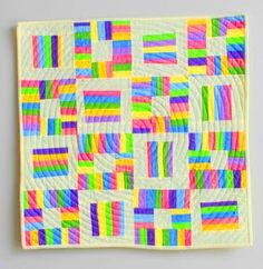 dekorativní doplňky s pruhy z deky tkanin