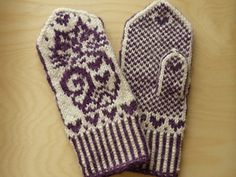 Ravelry: Mittens with Kittens / Валентинки pattern by Natalia Moreva Mittens Pattern, Knit Mittens, Knitted Gloves, Knitting Socks, Wrist Warmers, Hand Warmers, Kitten Mittens, Knit Crochet, Crochet Hats