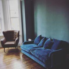 Home library study velvet sofa 56 Ideas Blue Velvet Sofa Living Room, Teal Living Rooms, Teal Sofa, Living Room Green, Green Rooms, Living Room Sofa, Velvet Lounge, Apartment Living, Farrow And Ball Living Room