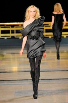 Stéphane Rolland Parigi - Haute Couture Fall Winter - Shows - Vogue. Style Couture, Couture Details, Couture Fashion, Vogue Fashion, Fashion Week, Fashion Show, Celebrity Inspired Dresses, Celebrity Dresses, Stephane Rolland