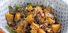 Bowl de arroz colorido com legumes e molho oriental
