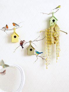 Wie wäre es mit einer kleinen Vogelkolonie im Flur? Dazu Nistkästen farbig ansprühen, trocknen lassen und aufhängen. Vogel-Wandsticker platzieren.