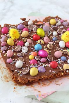 A delicious no-bake Easter delicious made with cornflakes, chocolate and peanut butter and topped with Mini Eggs and Smartie Eggs! Chocolate Cornflake Nests, Cornflakes Chocolate, Cornflake Cake, Desserts Ostern, Köstliche Desserts, Delicious Desserts, Dessert Recipes, Easter Desserts, Dessert Bars