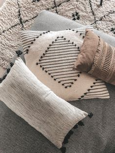 Accessoires - Binnenkijken bij interiorbyamb - Lilly is Love Pillow Inspiration, Living Room Color Schemes, Cozy Living, Room Colors, Home Living Room, Bohemian Rug, Throw Pillows, Blog, Inspireren