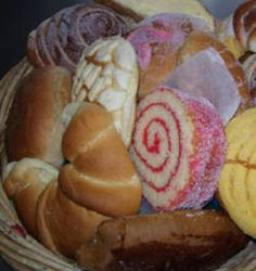 Pan dulce mexicanos , are not too tempting to the eyes but to your mouth A MAJOR treat, my fave is the pinkish red filling roll of raspberry with milk. Mexican Sweet Breads, Mexican Bread, Mexican Dishes, Pan Dulce, Sushi, Mexican Dessert Recipes, Mexican Kitchens, Morning Food, Love Food