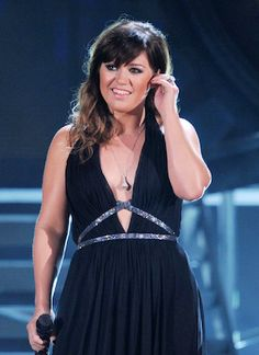 Kelly Clarkson wearing a Diamond in the Rough pendant at the 54th annual Grammy Awards