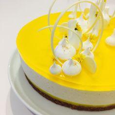 Cheesecake med citron og hvid chokolade. KageMagi af Ditte Julie Jensen og Annemette Voss tryller kager frem, denne Cheesecake med citron og hvid chokolade.