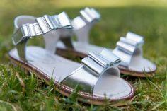 Marche sandálias de menina