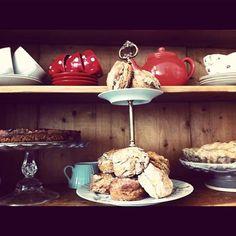 Apple Pie_ tous les produits à la carte sont bio et locaux. Le menu quotidien (tout est maison) change au gré des saisons : une soupe, des tartines, un trio de salade ou un petit plat. Le verdict : des recettes simples et savoureuses, idéales pour un déjeuner. Mais Apple Pie est également un adorable petit salon de thé, le midi où on est passé c'était entre autre cheescake à la rhubarbe, tourte au pommes et cookies maison…un véritable délice. Bons Plans, Apple Pie, Brunch, Midi, British, Food, Change, Decor, Apple Cobbler