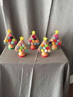 Pot en terre cuite, bouchons de liège et boutons de vêtements = une super déco facile et pas chère à fabriquer pour Noël !