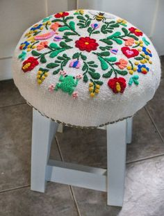 Love the embroidery Hand Embroidery Patterns Flowers, Hand Embroidery Designs, Embroidery Stitches, Ribbon Embroidery, Funky Furniture, Unique Furniture, Repurposed Furniture, Cushion Embroidery, Embroidered Cushions
