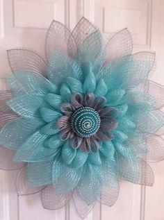 Sunflower Burlap Wreaths, Mesh Ribbon Wreaths, Burlap Flowers, Deco Mesh Wreaths, Wreath Crafts, Diy Wreath, Wreath Making, Snowflake Wreath, Ribbon Crafts