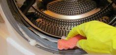 Способ избавиться от затхлого запаха из стиральной машины   После стирки белья из стиральной машины нередко доносится затхлый запах. Каким же образом можно очистить стиральную машину и избавиться от затхлого запаха?   При стирке полотенец добавляйте стакан уксуса и стирайте их при высокой температуре. Это не навредит полотенцам и поможет их обеззаразить. С удалением запахов также прекрасно справляется пищевая сода, но она не так губительна для вызывающих запах бактерий.   Залейте 2 стакана…