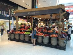 "泰國超市的風格和整潔,光看裡面的水果攤擺飾,就讓人垂涎三尺~好不可口啊! The style of fruit stand in Thai supermarket. Looks so tasty and appealing. 更多泰國lifestyle在""TAI-THAI台泰"" https://www.facebook.com/taithai.cuisine"
