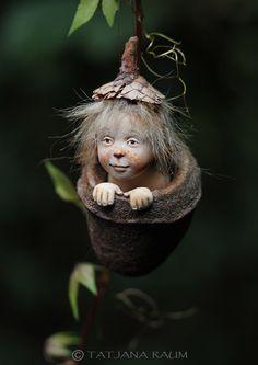 OOAK duende miniatura naciendo de una flor, donde si no nacen los duendes