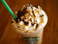 Starbucks Secret Menu: Twix Frappuccino Order a caramel frappuccino with extra caramel, one pump of hazelnut syrup. Have java chips and whipped cream blended in and top it off with mocha drizzle. Café Starbucks, Starbucks Recipes, Starbucks Caramel, Starbucks Frappuccino, Starbucks Flavors, Starbucks Hacks, Caramel Frappuccino, Carmel Frappe, Cooking
