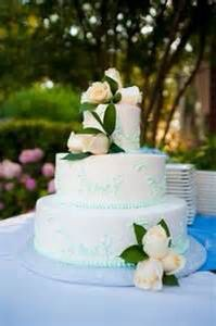 This is a cool fancy wedding cake that works if you are to get married outside on a beach or park