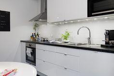 Exciting White Kitchen Set With Cabinets Scandinavian Kitchen, Scandinavian Interior Design, Black Kitchens, Home Kitchens, Kitchen Black, Kitchen Sets, Kitchen Decor, Appartement Design, Studio Kitchen