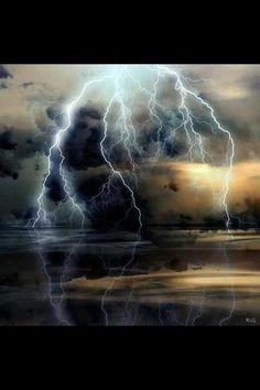 Fotógrafo RG realmente acertou em cheio com esta imagem de um raio refletido na água. Very nice Photographer RG really nailed it with this image of lightning reflected on water. Very nice!