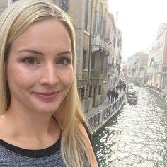 Wasser Wasser Wasser mag ich sehr aber hier regnet es schon seit Tagen und langsam reicht es. Dieses Foto ist vor ein paar Tagen in Venedig entstanden... Bei uns in Kärnten ist leider in einigen Orten Hochwasser und  meine Gedanken sind bei den Betroffenen und Helfern. Hoffe ihr seid verschont geblieben bzw. bleibt es!!! So gerne ich Wasser mag - diese Massen sind wirklich furchteinflössend. #selfie #me #wasser #hochwasser2018 #venedig #allesgutefüreuch #genugregen #städtetrip Selfie, Instagram, Photos, Water Water, Venice, Couple, Thoughts, Photo Illustration, Selfies
