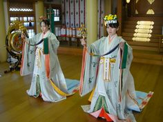 ) Looks like a ceremony- maybe at a shrine like Ise? It's like, uwagi and mo, but no karaginu jacket. They appear to be priestesses (ceremonial objects in hand), so this may be a priestess-only thing? Japanese Costume, Japanese Kimono, Japanese Girl, Heian Era, Heian Period, Costume Japonais, Orientation Outfit, Les Philippines, Japanese Temple