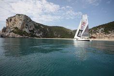 bet1128 e sullo sfondo la meravigliosa spiaggia di Cala Luna a Cala  Gonone in Sardegna.