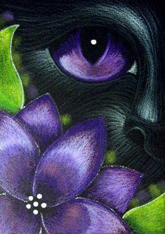 """Black Cat Behind Violet Flower"" par Cyra R. Cancel"