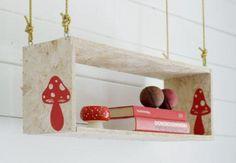 Indretningsideer til en weekend fuld af DIY projekter Vitrine Design, Woodland House, Bookshelves Kids, Hanging Shelves, Diy Interior, Shop Interiors, Home Projects, A Table, Diy Design