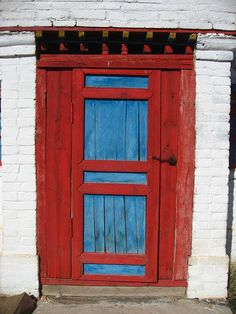 ... colorful door at Zuutin Khiid, Mongolia ...  photo by Vueltaa