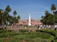Aquélla es la plaza de Mayo.  Puede comprar unas tarjetas postales de monumento.