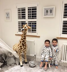 Este posibil ca imaginea să conţină: 2 persoane Cute Baby Twins, Twin Baby Boys, Cute Little Baby, Twin Babies, Baby Kids, Funny Baby Photos, Baby Pictures, Baby Boy Outfits, Kids Outfits