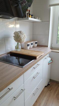 Küche / Kitchen: White Interior / Möbel mit weißem Küchenspiegel und heller Apfelbaumplatte.