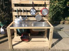 Made this mud kitchen with my dad for the children at school out of pallets and wood from his garage! #palletprojects #mudkitchen