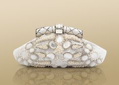 Pochette in white satin embroidered with multifaceted glasses. Small size.