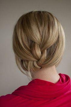 髪全体をゆったりと編み込み、毛先を内側に入れ込んだシックなスタイル。うなじが美しく映えるので、浴衣などの和装にもおすすめ♪