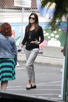 Sandra Bullock Photos Photos - Sandra Bullock kisses her son Louis goodbye as she drops him off for the school day in Los Angeles. - Sandra Bullock Takes Louis to School
