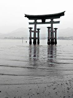 Torii gate of Itsukushima shrine, Miyajima, Japan Mono Japan, Buda Zen, Island Tattoo, Japanese Shrine, Great Places To Travel, Torii Gate, Beautiful Places, Beautiful Pictures, Miyajima