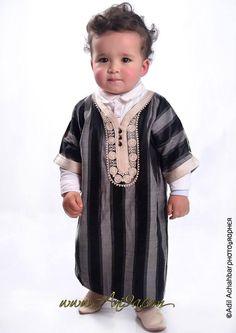 enfants en vêtement traditionne