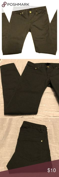 👖 Hunter Green Pants 👖 It's hard to capture the exact color of these pants, but it's closer the the color of the first picture. Excellent Condition. From H&M. Size 8. H&M runs VERY small! So these would fit more like a 4 in my opinion. H&M Pants Skinny