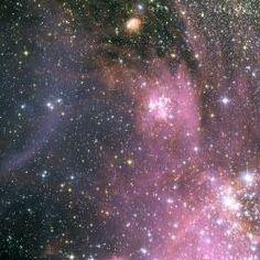 o al viento. Los flujos de energía y radiación de las estrellas jóvenes calientes están erosionando las porciones exteriores más densas de l...