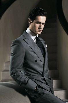 Charlie Siem usa un traje cruzado de Giorgio ...