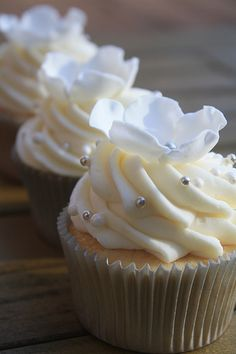 cupcakes with white chocolate frosting Cupcakes With Cream Cheese Frosting, White Cupcakes, Pretty Cupcakes, Wedding Cakes With Cupcakes, Yummy Cupcakes, Cupcake Cookies, Vanilla Cupcakes, Fancy Cakes, Cute Cakes